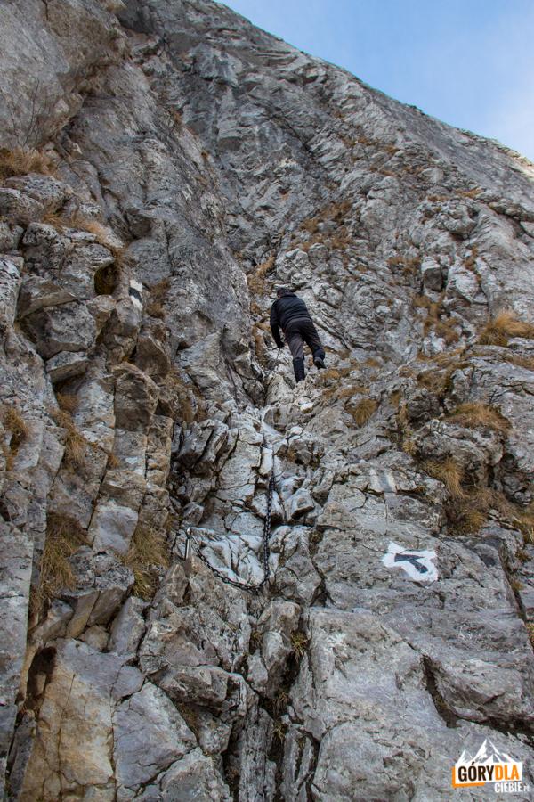 Podejście do Jaskini Raptawickiej ubezpieczone jest łańcuchem