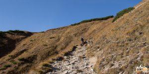 Podejście czerwonym szalkiem z Doliny Białych Stawów na Przełęcz pod Kopą (słow. Kopské sedlo, 1750 m)