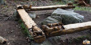 Pięknie wyrzeźbione ławki w Dolinie Zadnich Koperszadów powyżej Gałajdówki (lub Polana pod Muraniem)
