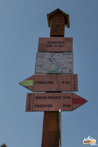 Drogowskazy na szczycie Niemcowej (1001 m)