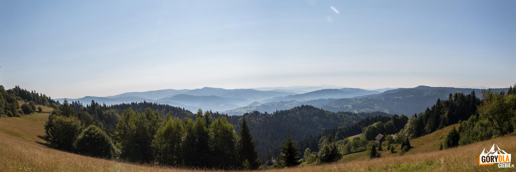 """Panorama Gór Lubowelskich spod """"Chatki pod Niemcową"""""""