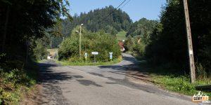 Główna droga przez Kosarzyska i skręt do osiedla Trześniowy Groń