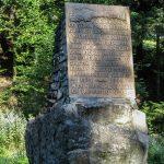 Tablica upamiętniająca Kurierów z okresu II Wojny Światowej przy drodze z Kosarzysk na Przełęcz Obidza