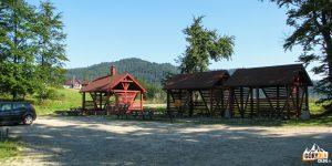 Drewniane wiaty i parking na Przełęczy Gromadzkiej (Obidza)
