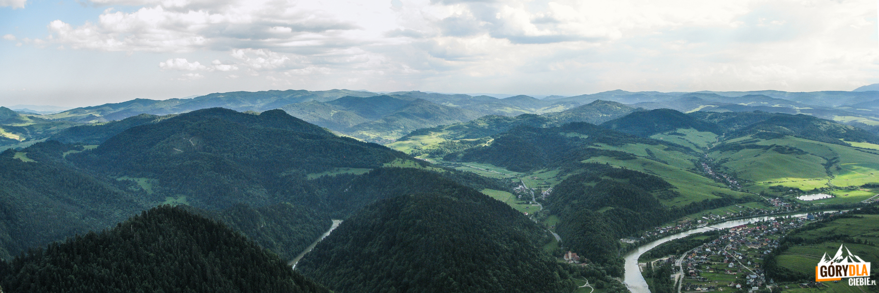 Panorama ze szczytu Trzech Koron (982 m) na Czerwony Klasztor i Sromowce Niżne