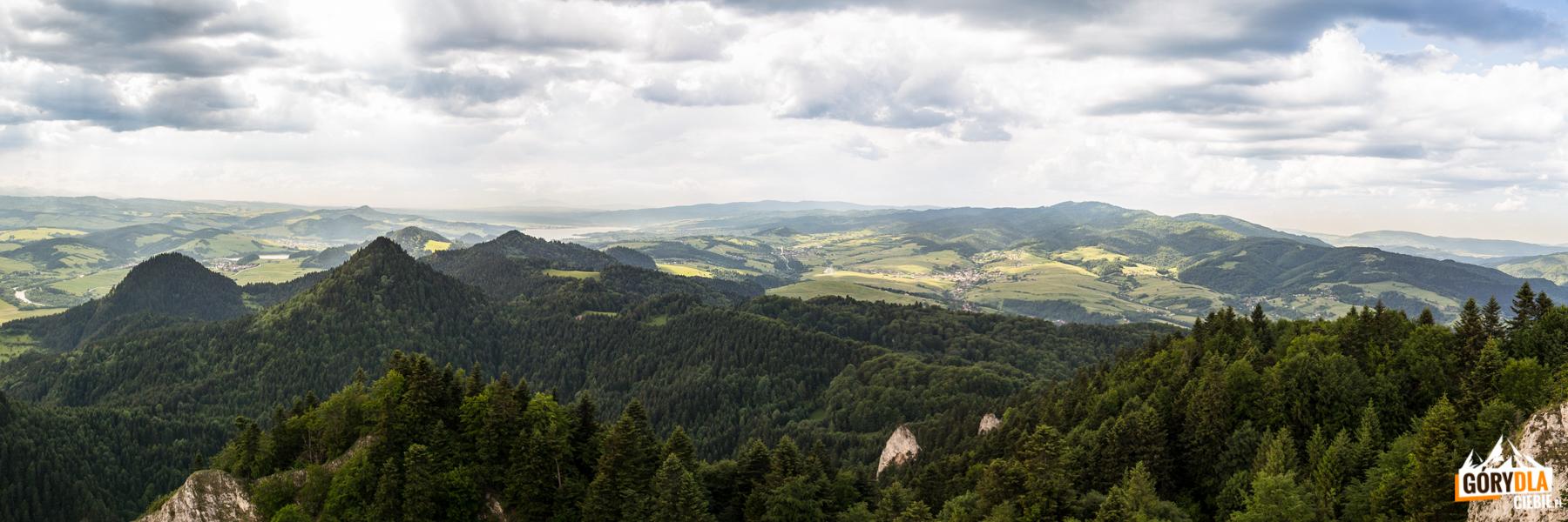Panorama ze szczytu Trzech Koron (982 m) na Jezioro Czorsztyńskie i Gorce