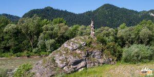 """Skała """"Kotuńka"""", na której stoi rzeźba górala witającego gości przybywających do Szczawnicy."""