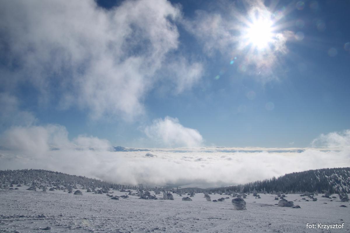 Przy dobrej pogodzie ze szczytu Pilska widoczne są Tatry, teraz za morzem chmur