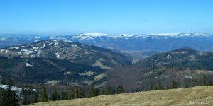 Widok na dolinę Żabnicy oraz Węgierską Górkę. Z prawej Prusów, z lewej Skała. W tyle grań od Baraniej Góry po Skrzyczne