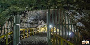 Stalowa brama przy wejsciu do korytarzy w Cerkiew w grocie w Jaskini Ialomitei