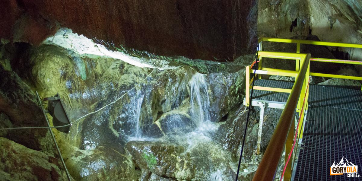 """""""Źródło wody żywej"""", lokalna tradycja nazywa to naturalne źródło """"Świętą Wodą Dacian"""""""
