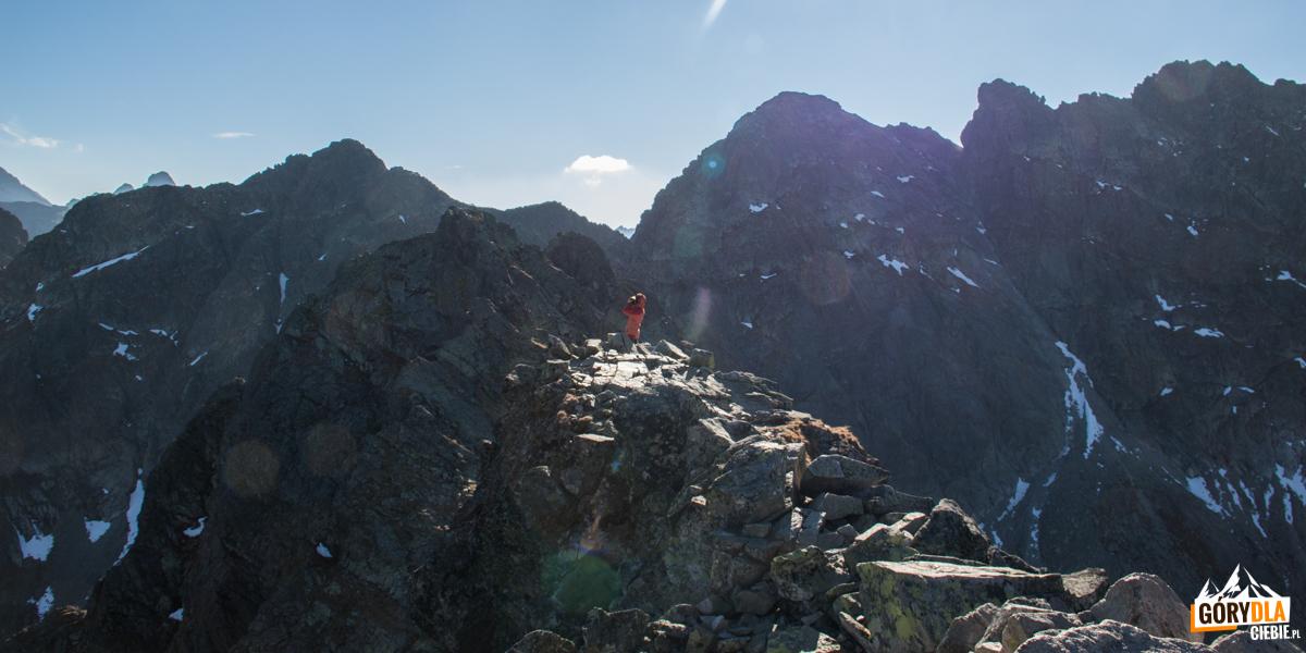Zadni Kościelec (2162 m) na tle Zawratowej Turni (2247 m) - widok ze szczytu Kościelca (2155 m)