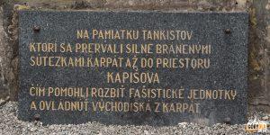 """Tablica na monumencie na poczatku """"Doliny Śmierci"""" przed Svidnikiem."""