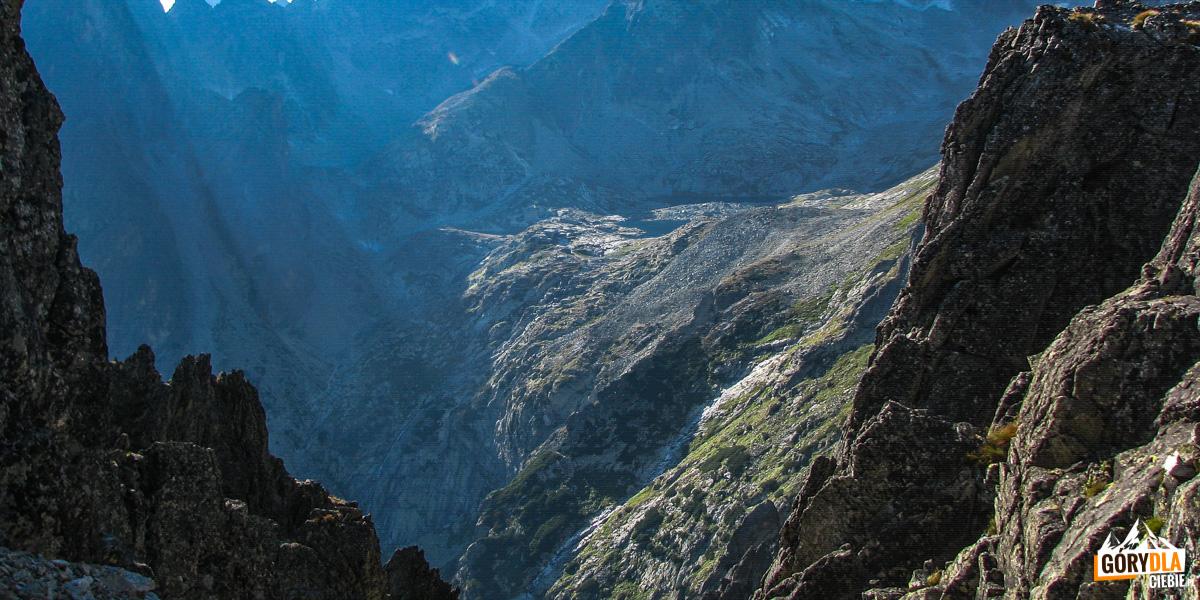 Dolina Pięciu Stawów Spiskich ze Schroniskiem Tery'ego pośrodku.