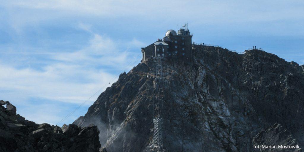 Szczyt Łomnicy (2 634 m) widziany z Kieżmarskiego Szczytu (2556 m)