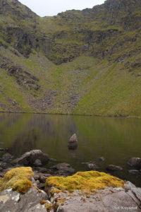 Jezioro Lough Cummeennapeasta, koło którego schodzimy z Cruach Mhór