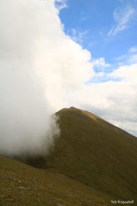 Od strony doliny Hags Glen zaczynają napływać mgły, które nad szczytem zawracają, nie zakrywając trasy