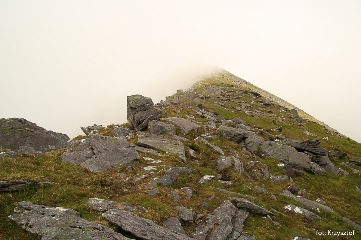 Grzbietem gór dochodzimy do najwyższego po wschodniej stronie szczytu Reeksów, Cnoc na Peiste (988 m)