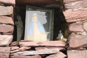 Figurki we wnęce kapliczki na szczycie Cruach Mhór