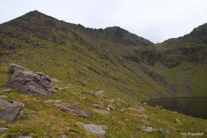 Widok na zejście z Cruach Mhor znad jeziora Lough Cummeennapeasta