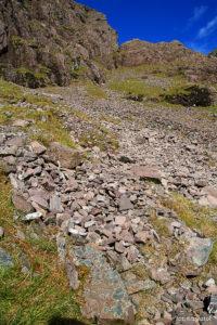 """Podejście po rumoszu skalnym na """"szlaku braci O'Shea"""" na Carrantuohill"""
