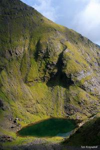 Widok na jezioro Lough Cummeenoughter z podejścia na szczyt Carrantouhill