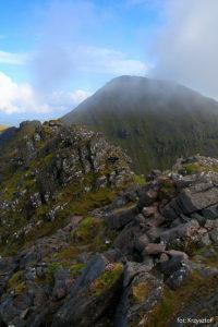 Droga granią na widoczny szczyt Beenkeragh