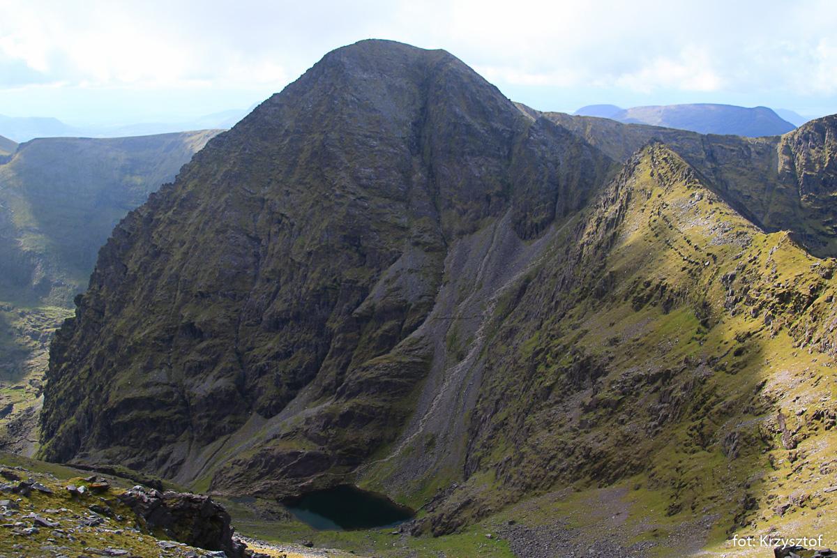 "Widok z podejścia na Beenkeragh - Carrantoohil i ścieżka ""szlaku braci O'Shea"""
