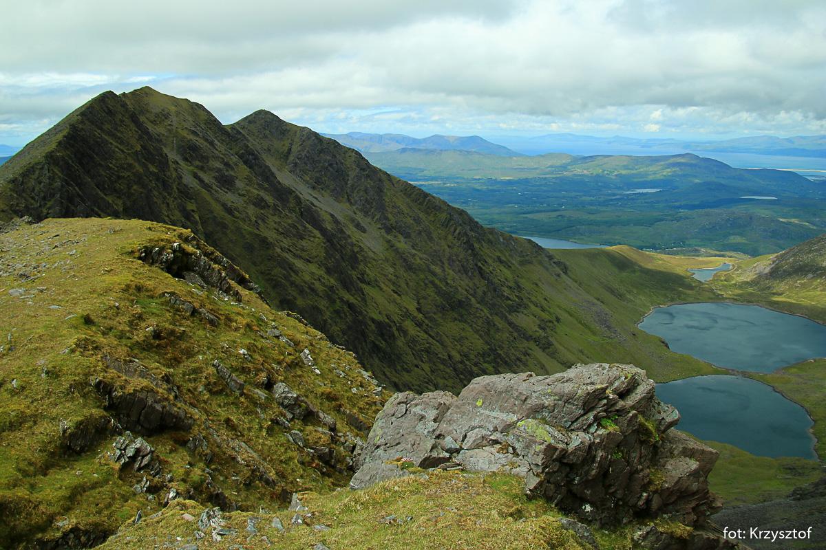 Grań z Carrantouhilla w stronę Cahera, poniżej jeziora w dolinie Coomloughra Glen