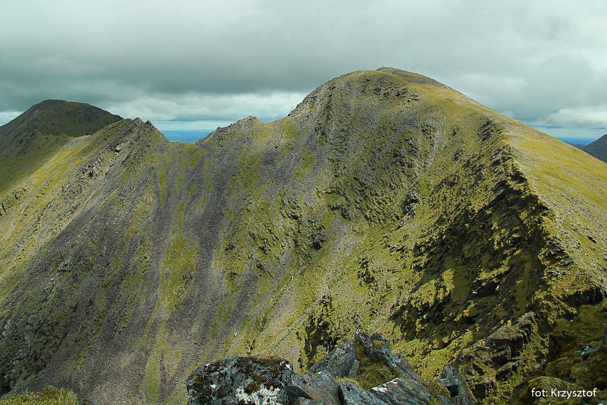 Widok na Carrantuohill - po prawej i na Beenkeragh - skrajny lewy oraz na stromą ścianę opadającą do doliny Coomloughra Glen