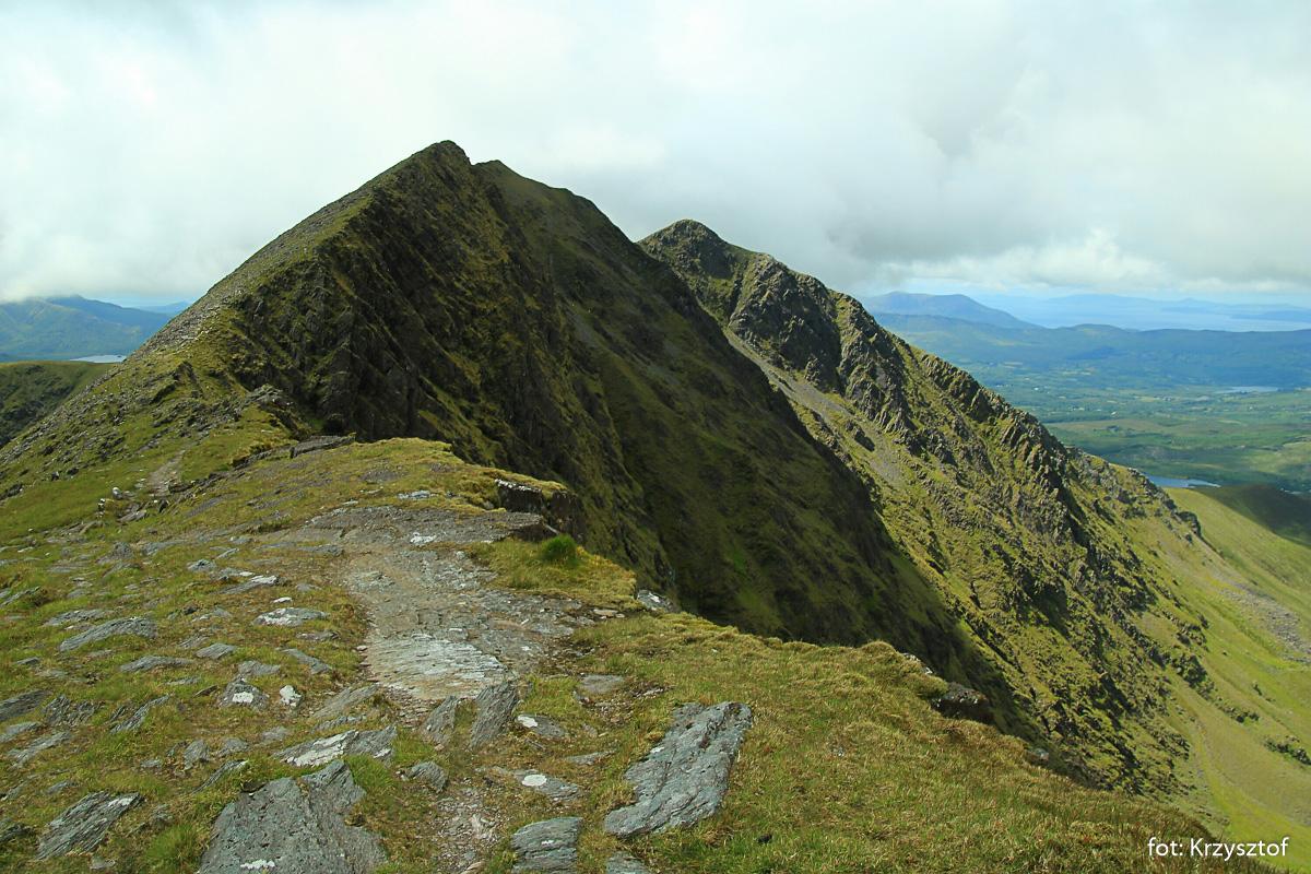 Caher (1000 m) - widziany przy przejściu trawersem z Carrantuohill