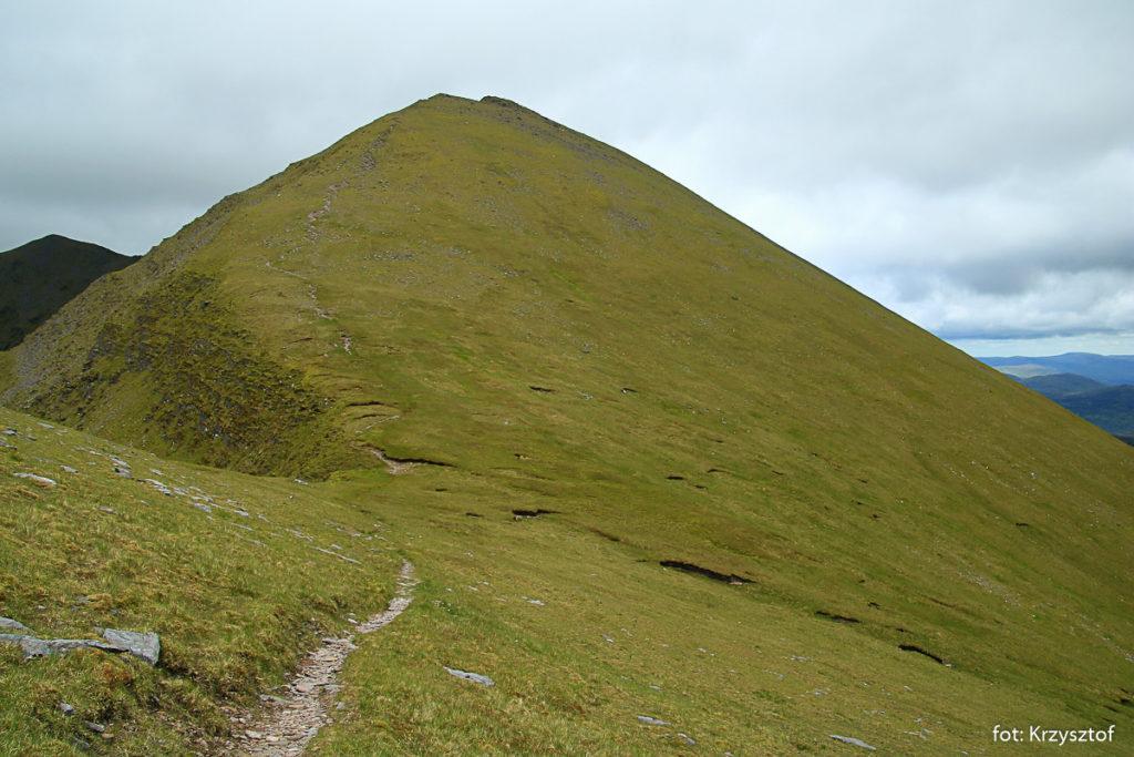 Z grzbietu Cnoc na Toinne widać następny szczyt z ciekawym - stromym i długim podejściem. To nasz kolejny cel – szczyt, którego irlandzka nazwa to Maolan Bui, 973 m.