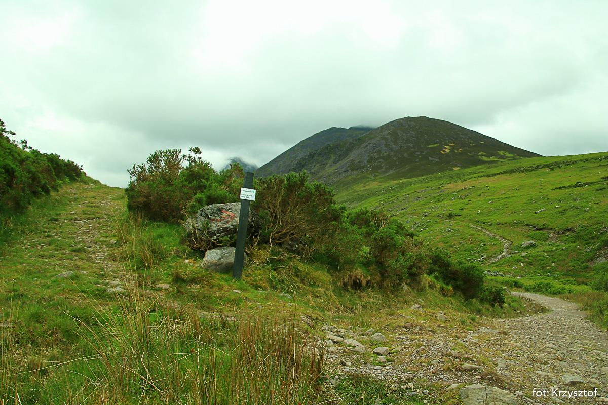 Początek drogi na Carrantouhill - najwyższy szczyt Irlandii prowadzi dnem doliny Hags Glen
