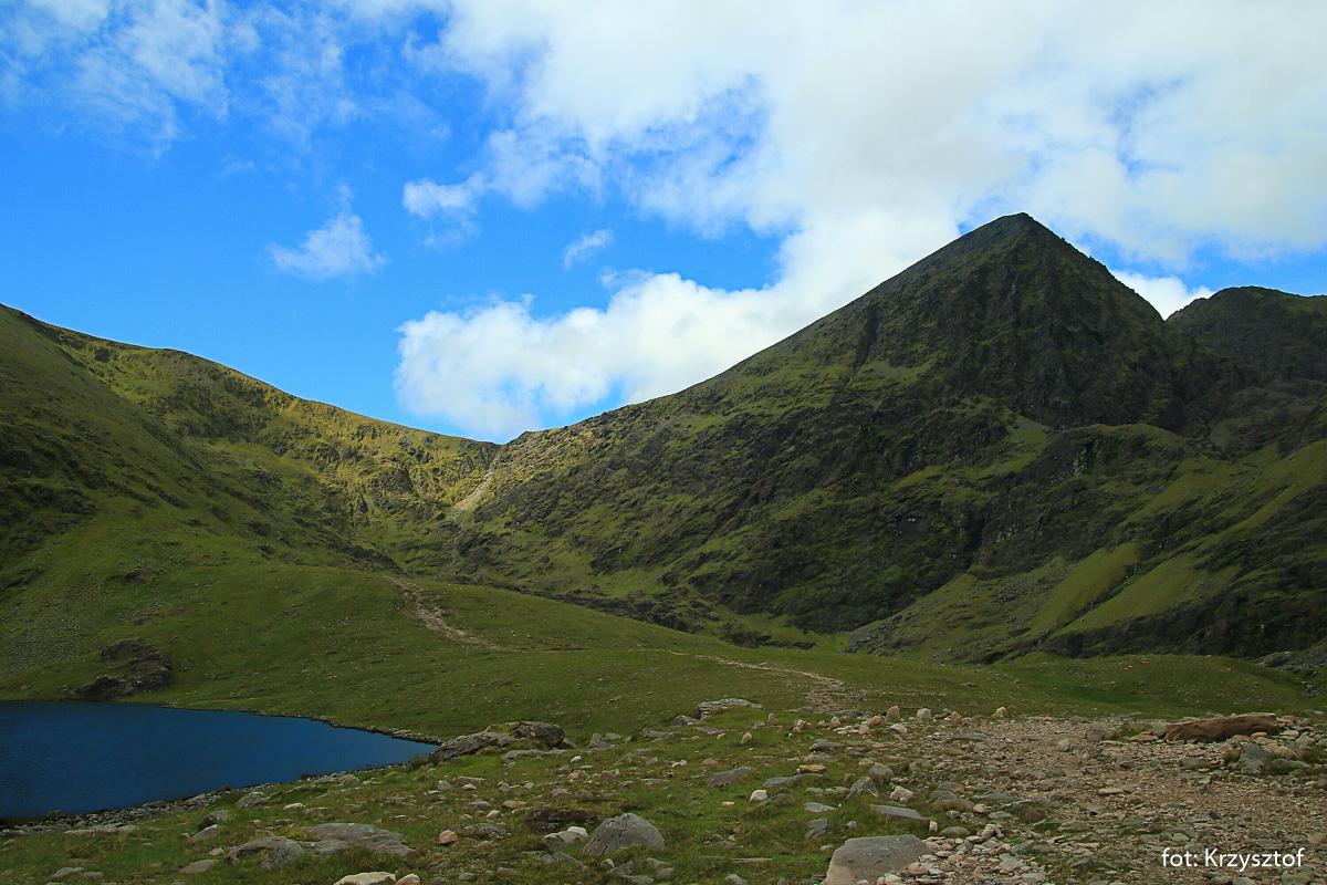 Jezioro Lough Gouragh i szczyt Carrantouhill - najwyższy szczyt Irlandii