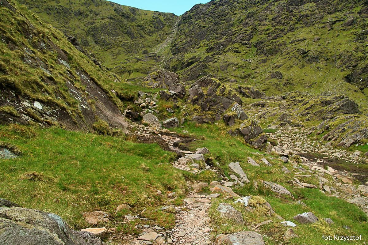 """Podejście do """"Diabelskiej Drabiny"""" w drodze na Carrantouhill - najwyższy szczyt Irlandii prowadzi dnem doliny Hags Glen"""