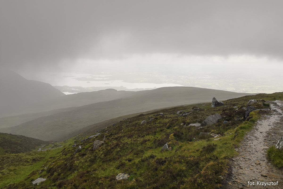 Oczywiście w trakcie schodzenia ze szczytu nad jezioro zaczęło padać, zrobiło się zimno... jak to w Irlandii