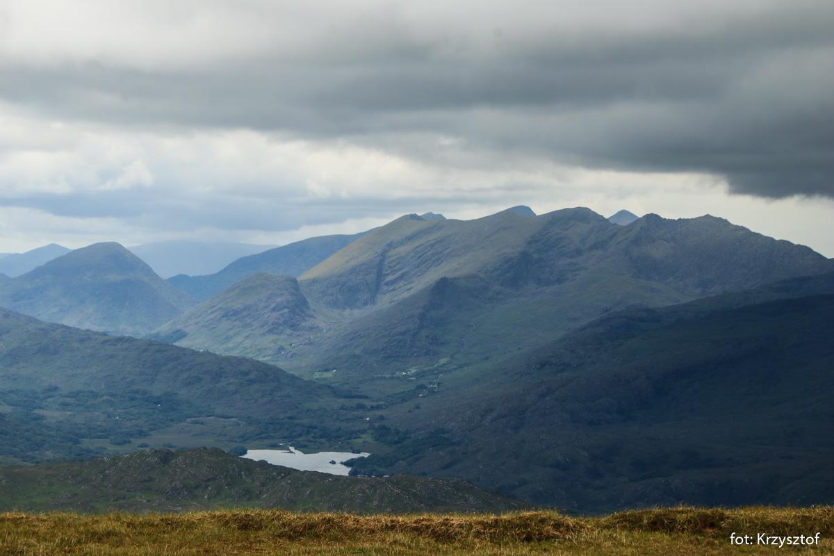 Widok ze szczytu Mangerton (843 m) na pasmo Purple Mountain i szczyty MacGillycuddy's Reeks