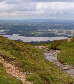 Jezioro Devil's Punch Bowl i szczyt Mangerton