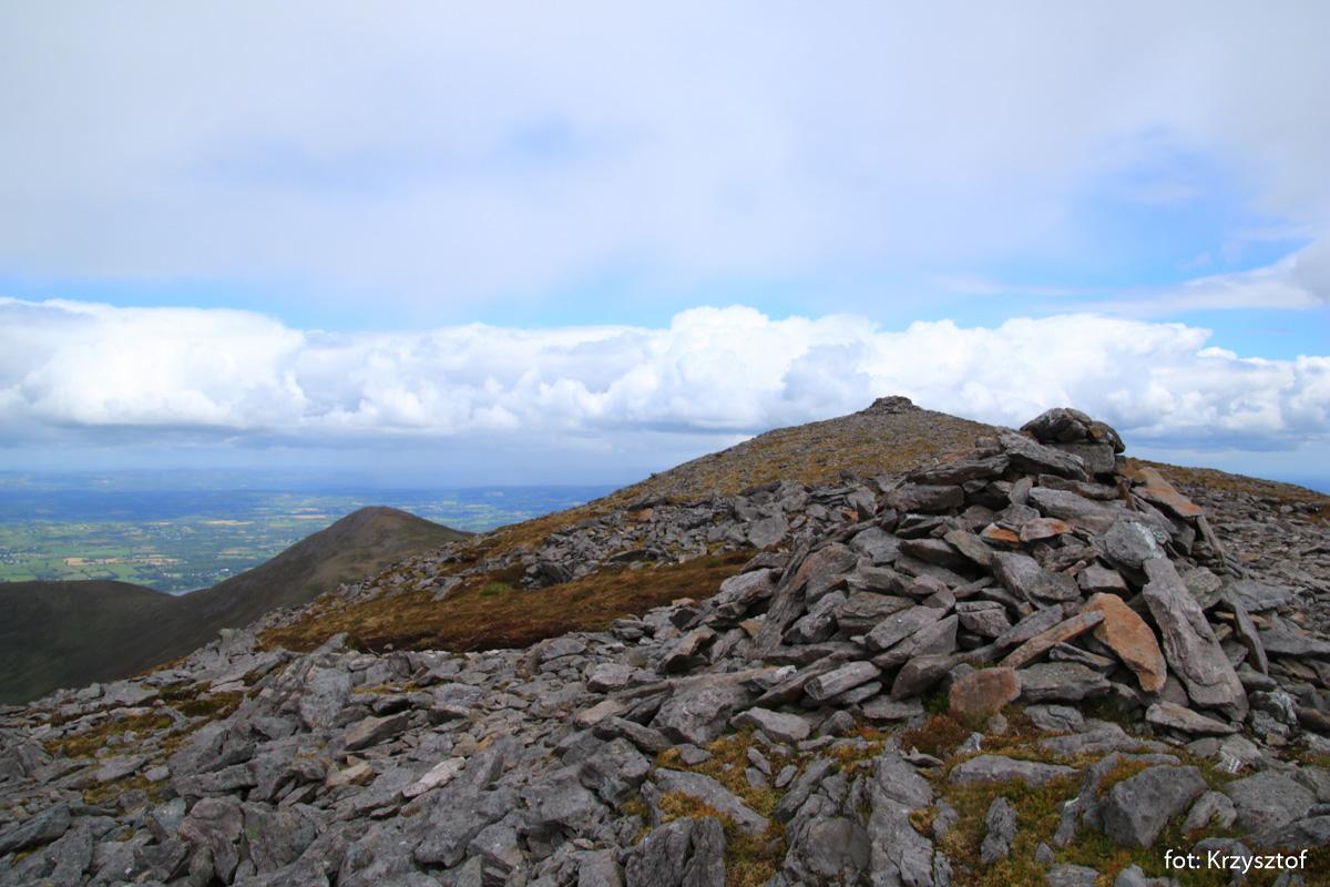 Szczyt Purple Mountain (832 m) i mały kamienny schron