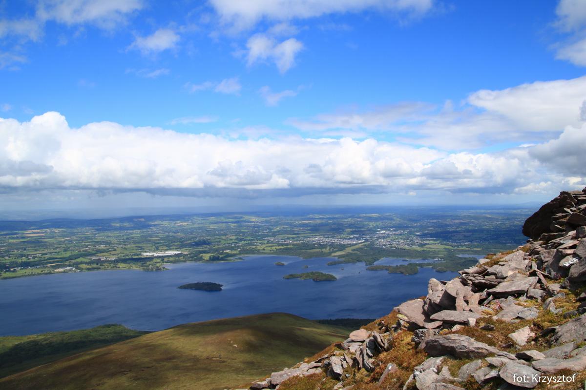 Widok ze szczytu Tomies Mountain (735 m) na jezioro Lough Leane