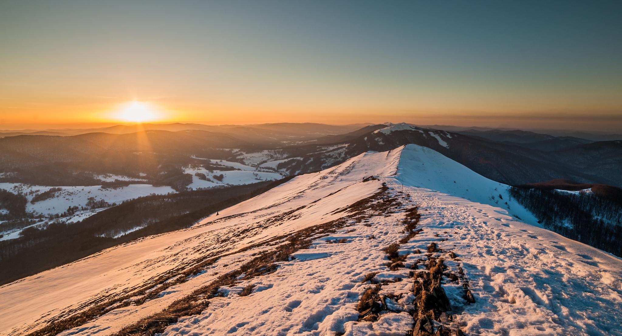Zimowy zachód słońca obserwowany z Połoniny Caryńskiej, zdj. Szymon Ziemba Fotografia