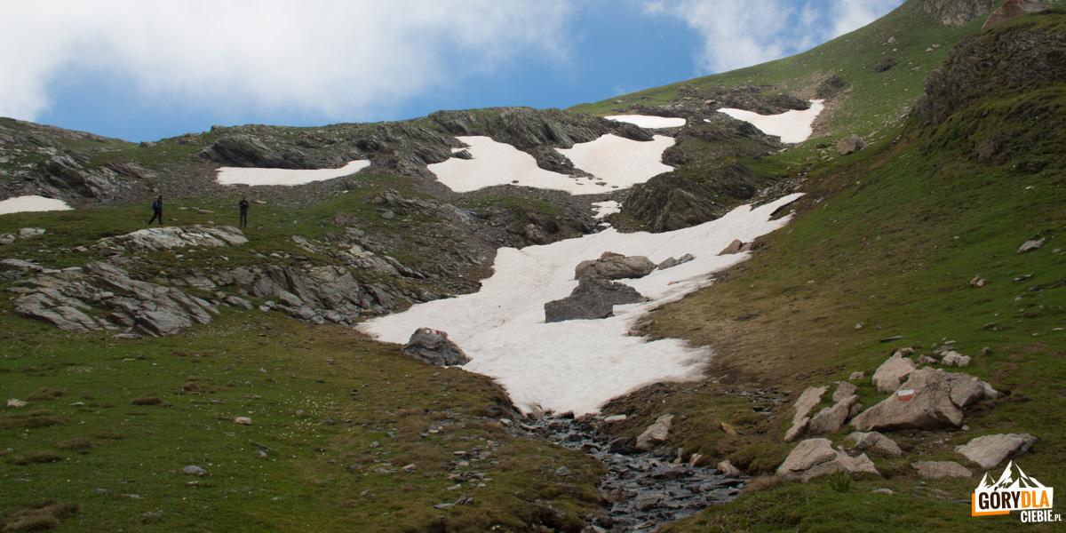 Kolejne dolinki pod szczytem Korabu, pojawia się śnieg - wysokość jak na Rysach