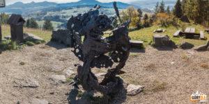 """Rzeźba """"smoczycy"""" na Górze Wdżar"""