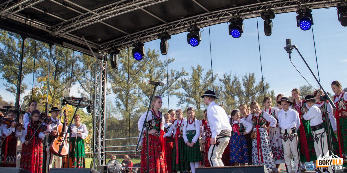 Występy zespołów folklorystycznych w Szczawnicy towarzyszące jesiennemu redykowi