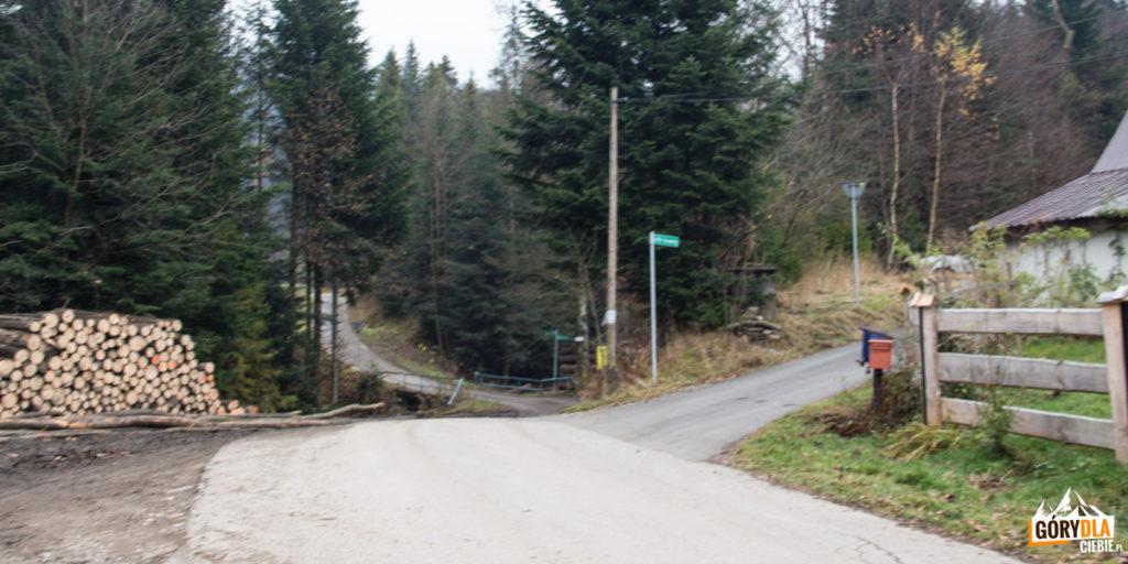 Rozwidlenie szlaków przy przystanku autobusowym Koszarawa-Bytra 3