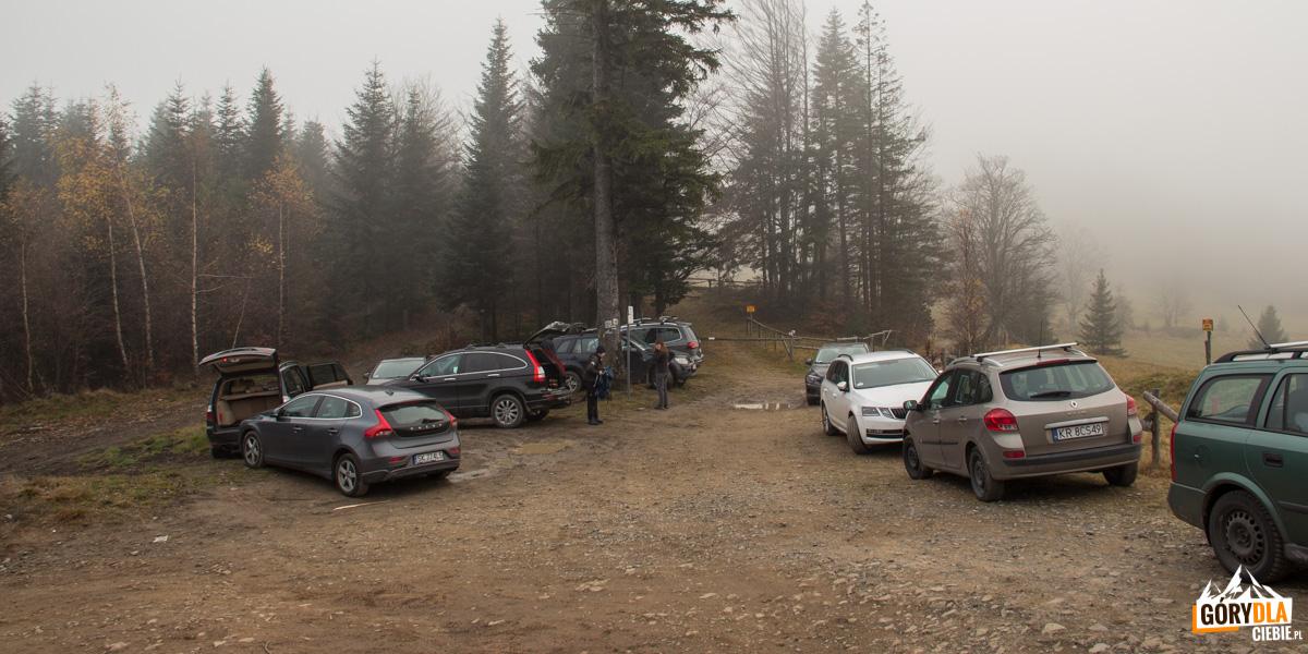 Nieformalny parking na Przełęczy Klekociny