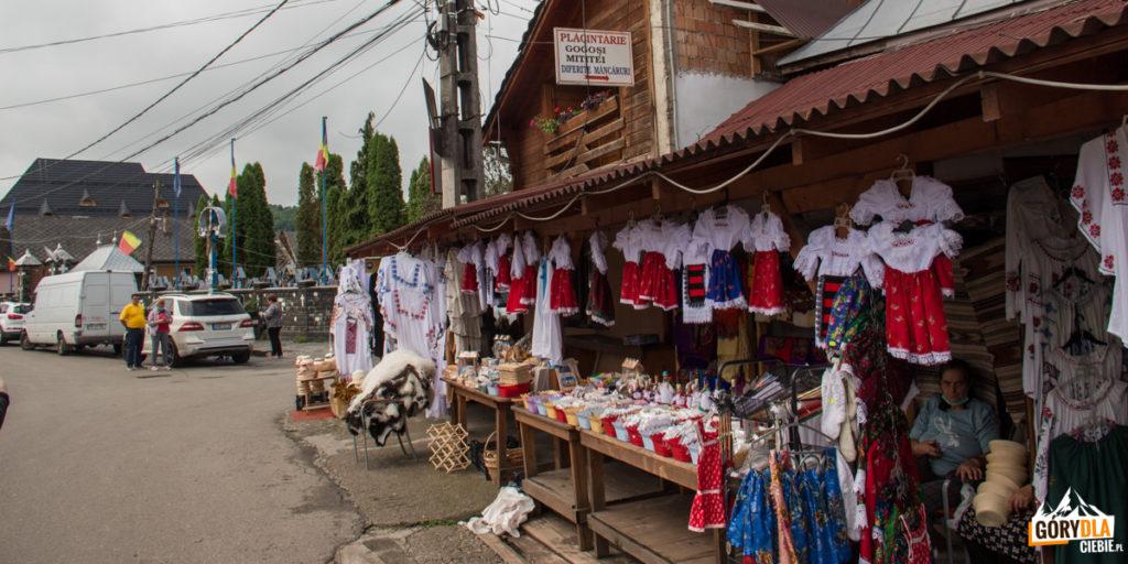 Stragany w Sapanta z lokalnymi tradycyjnymi przedmiotami i wyrobami domowej roboty
