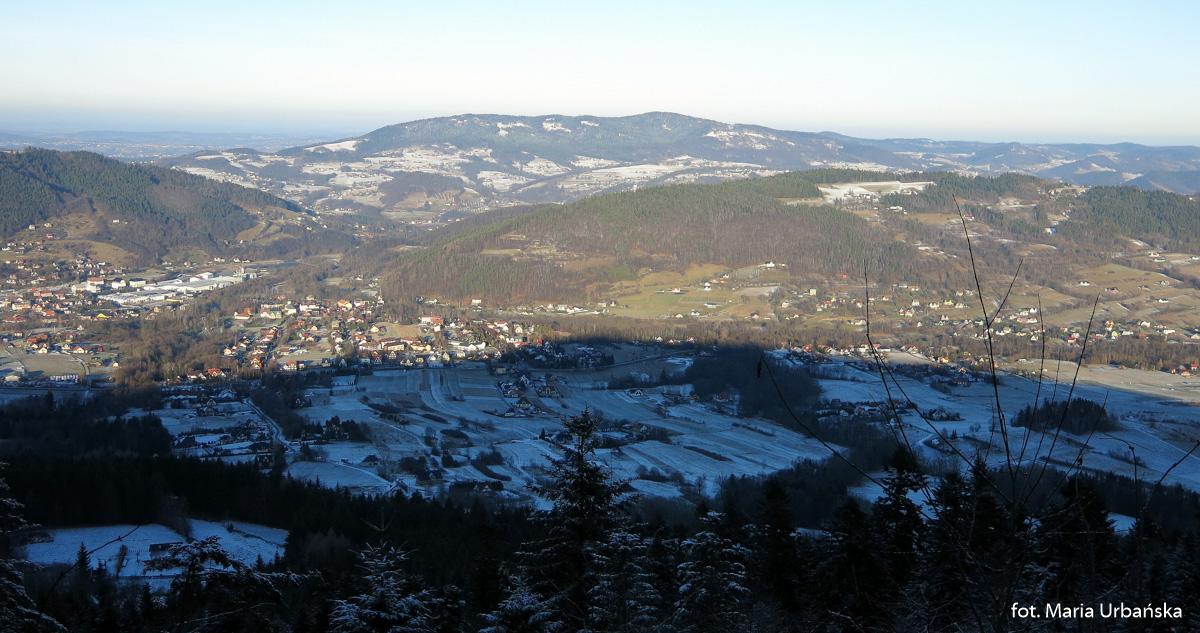 Widok ze zboczy Łopienia na Tymbark - obok Paproć (640 m), a na horyzoncie Kamionna (801 m)
