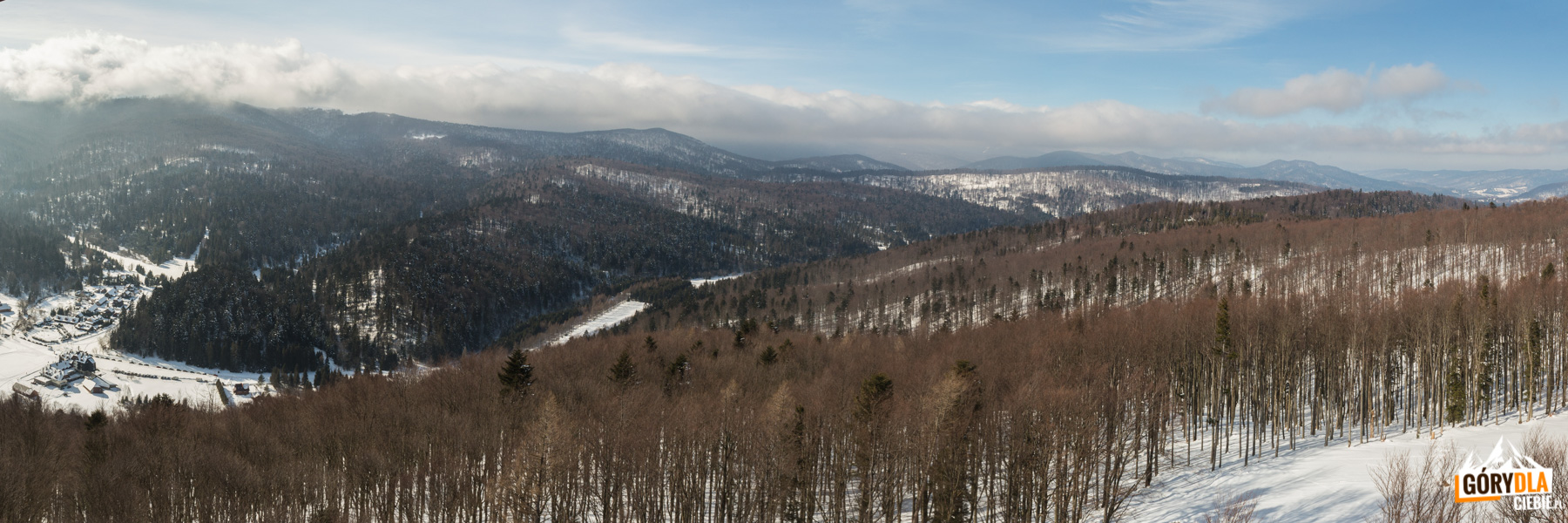 Widok z wieży na Jeleniowatym na Połoninę Caryńską i Wetlińską (obie w chmurach), Magurę Stuposiańską i Otryt
