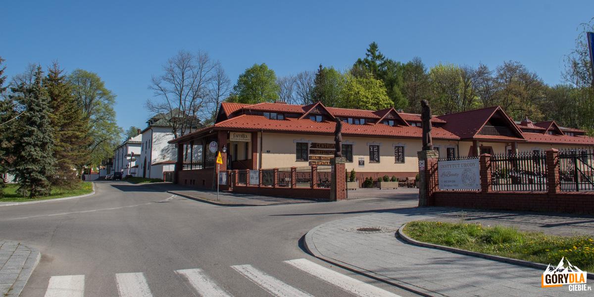"""Centrum Szczyrzyca - Restauracja """"Marysia"""" przed Opactwem Cystersów"""